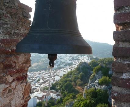 Gaucín, Spanien - Castilla de Aguila Turmglocke mit Ausblick auf das Dorf
